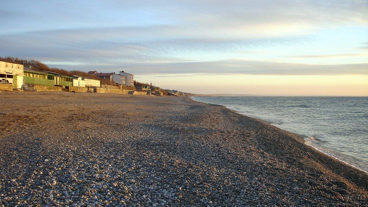 Галечный пляж на курорте Николаевка в Крыму