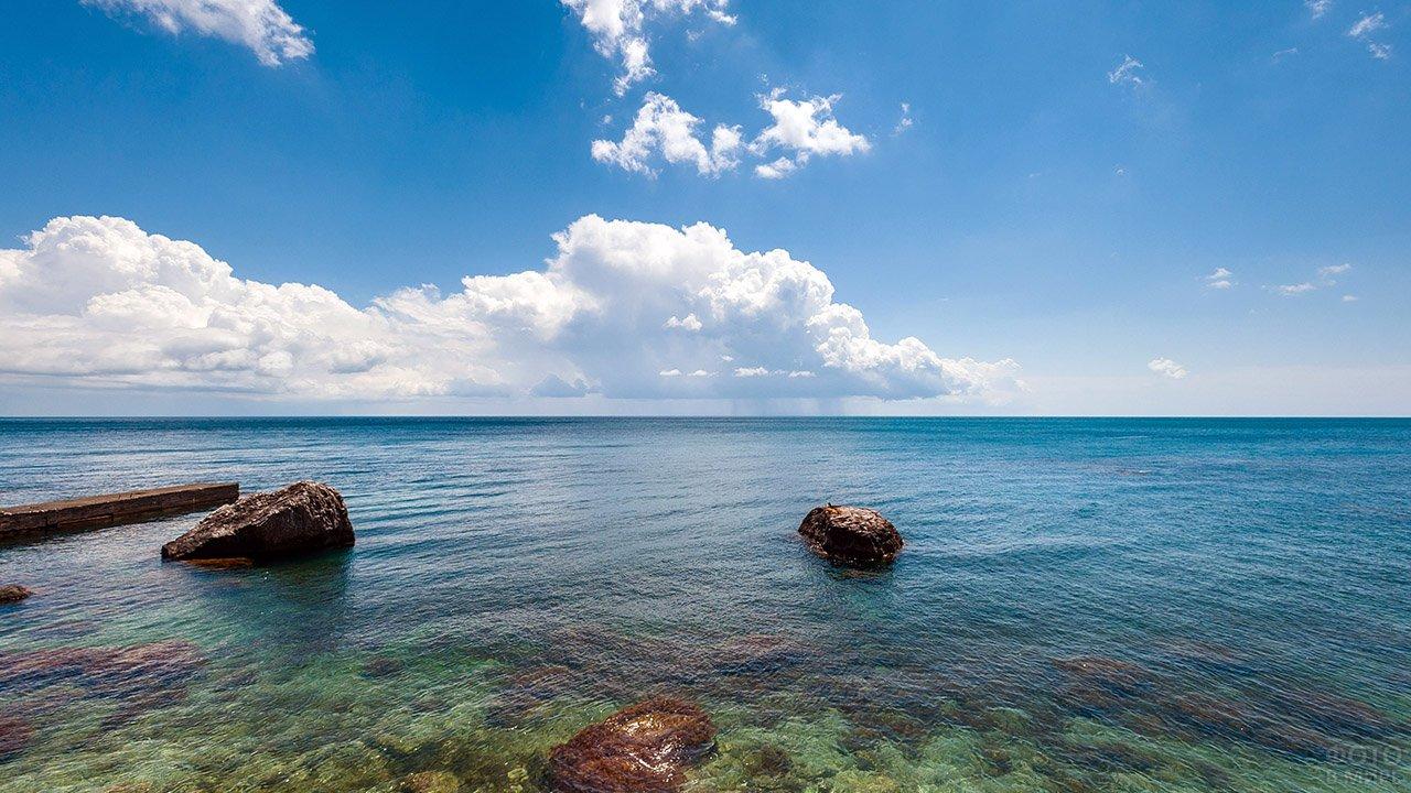 Мелководье пляжа в крымском Форосе