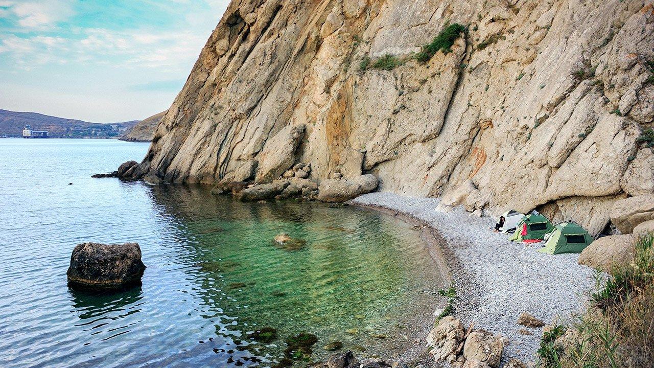Палатки на диком пляже Под седлом в Крыму