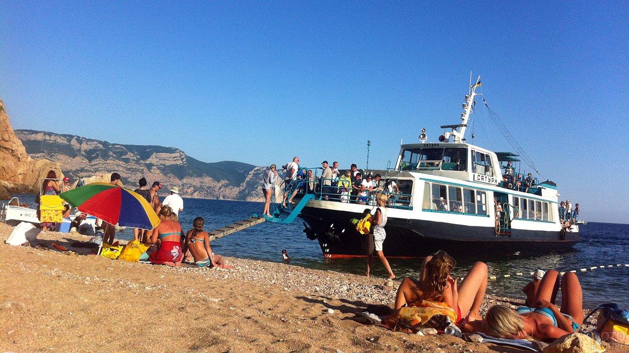 Туристический кораблик у пляжа Васили в Балаклаве