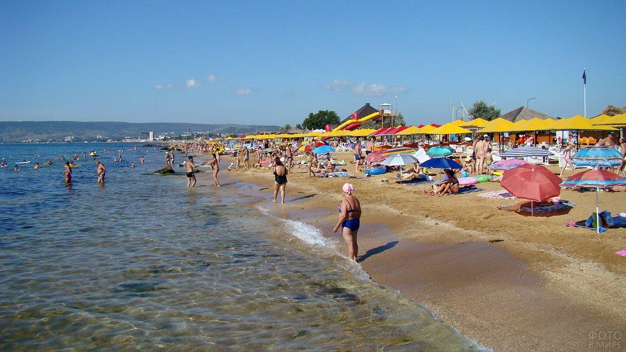 Туристы на городском пляже в Феодосии
