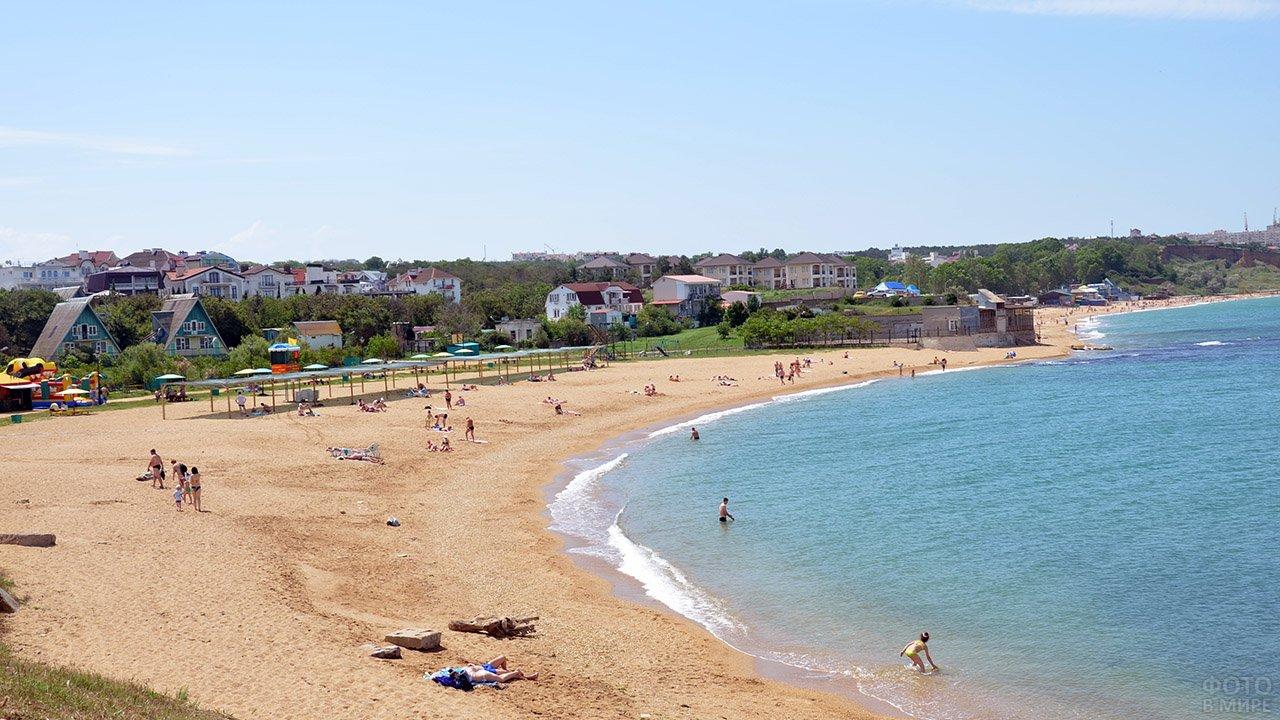 Туристы на малолюдном пляже турбазы в Севастополе