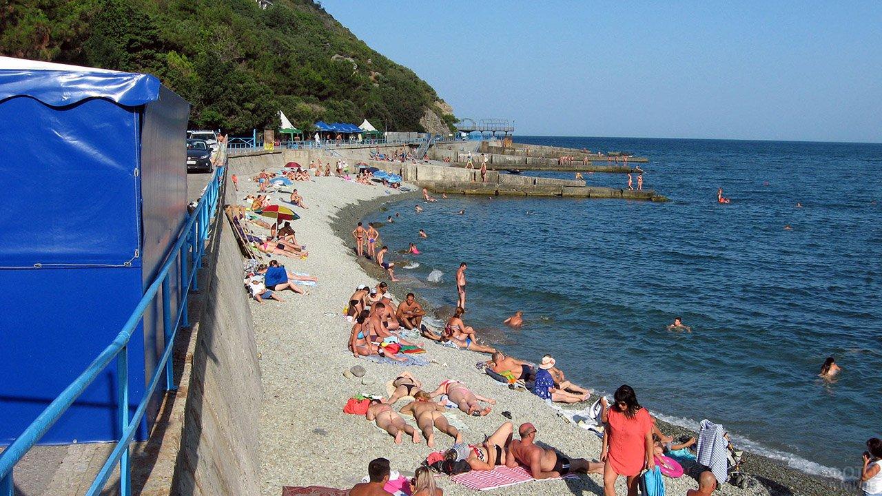 Туристы на пляже Никиты под Ялтой