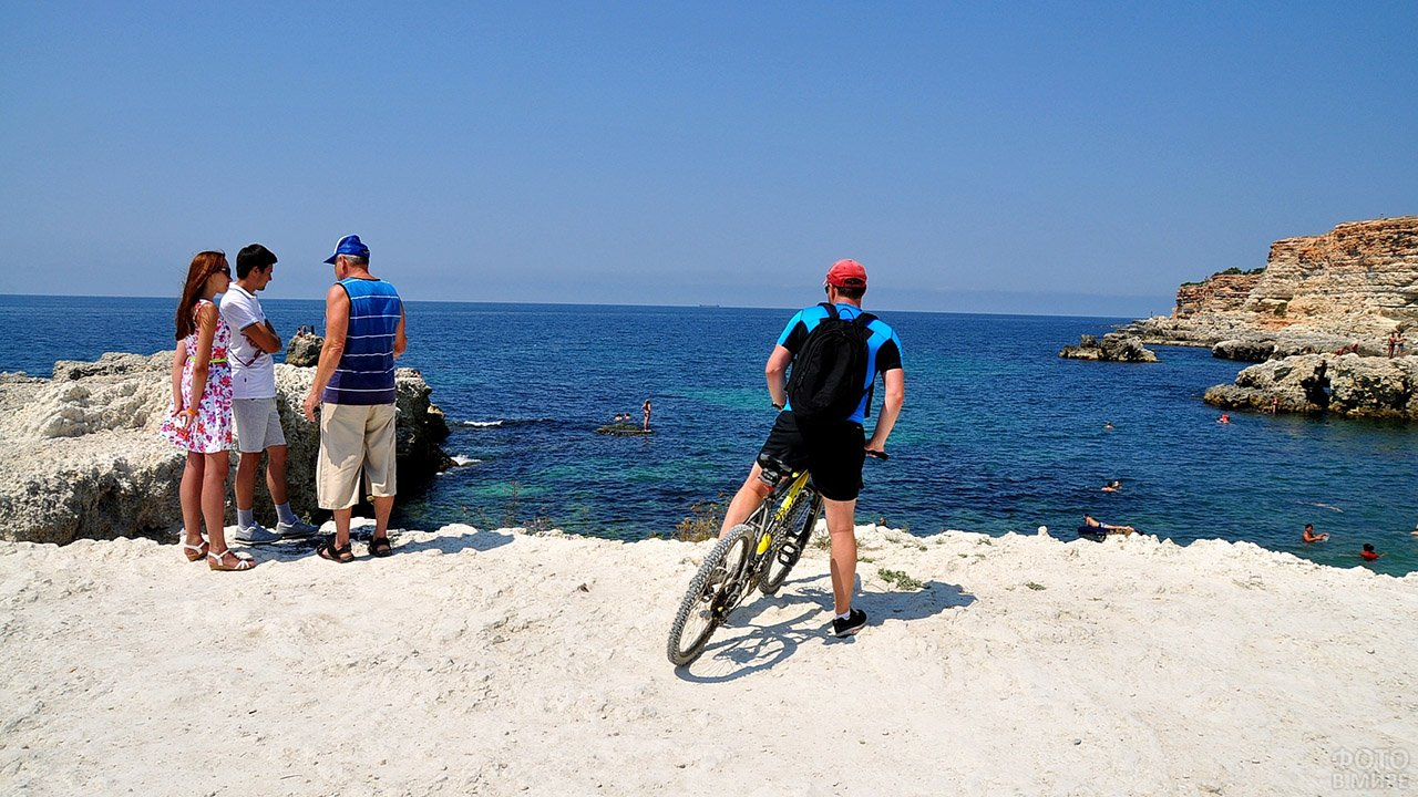 Туристы на пляже в Голубой бухте Севастополя