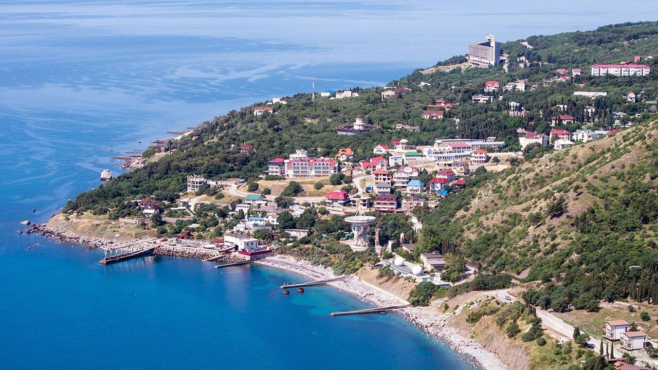 Вид с высоты птичьего полёта на пляж в крымском Кацивели