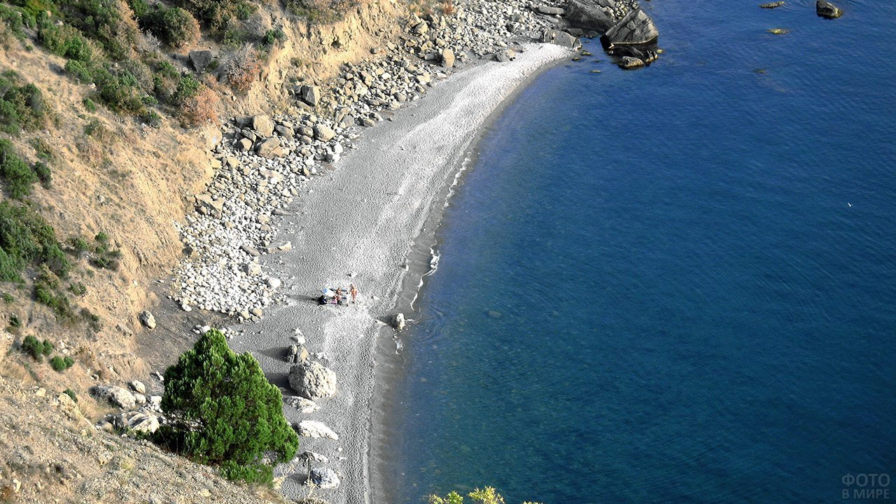 Вид сверху на Серебряный пляж в Балаклаве