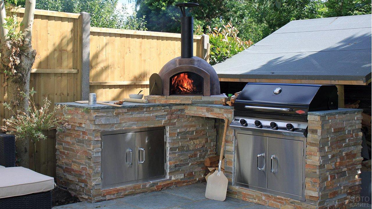 Зона барбекю с дровяной печью и газовым грилем