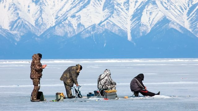 Четверо друзей на зимней рыбалке на Байкале