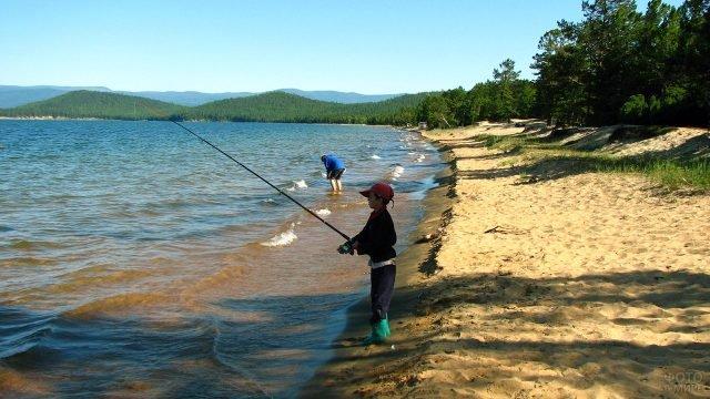 Мальчик с удочкой на берегу Байкала