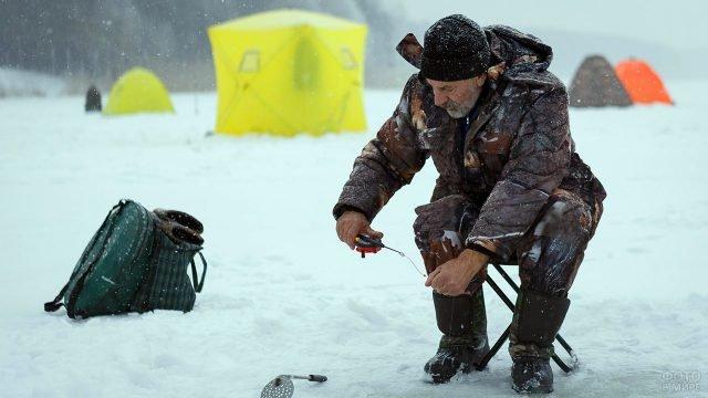 Рыбак на зимней рыбалке в Белгороде