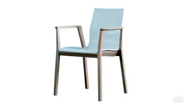 Деревянное кресло с белым пластиковым сиденьем