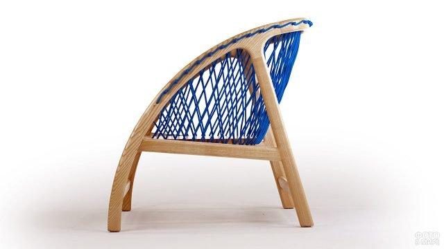 Деревянное кресло с синей нитяной спинкой
