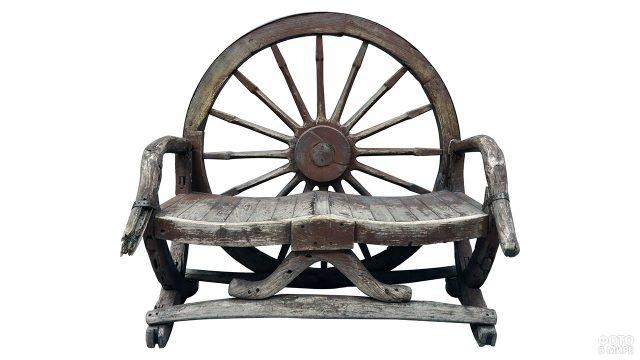 Деревянный стул со спинкой из старого колеса