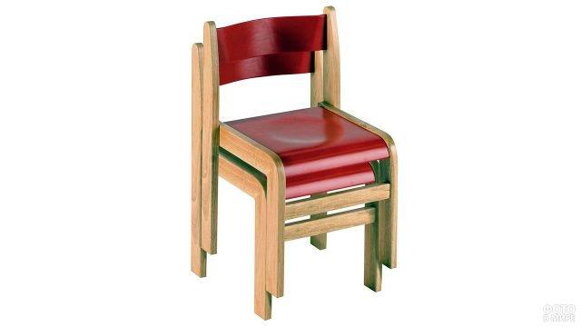 Модульные деревянные стулья с красными сиденьями и спинками