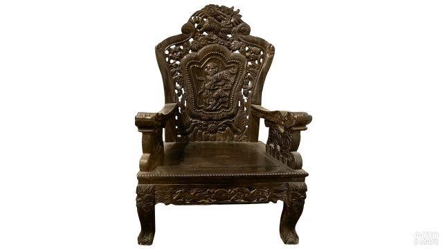 Старинное деревянное кресло с резной спинкой