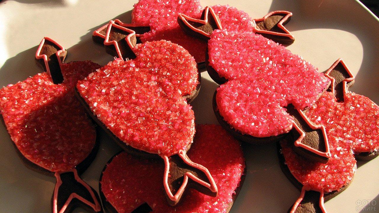 Красное печенье-валентинки в виде сердечек