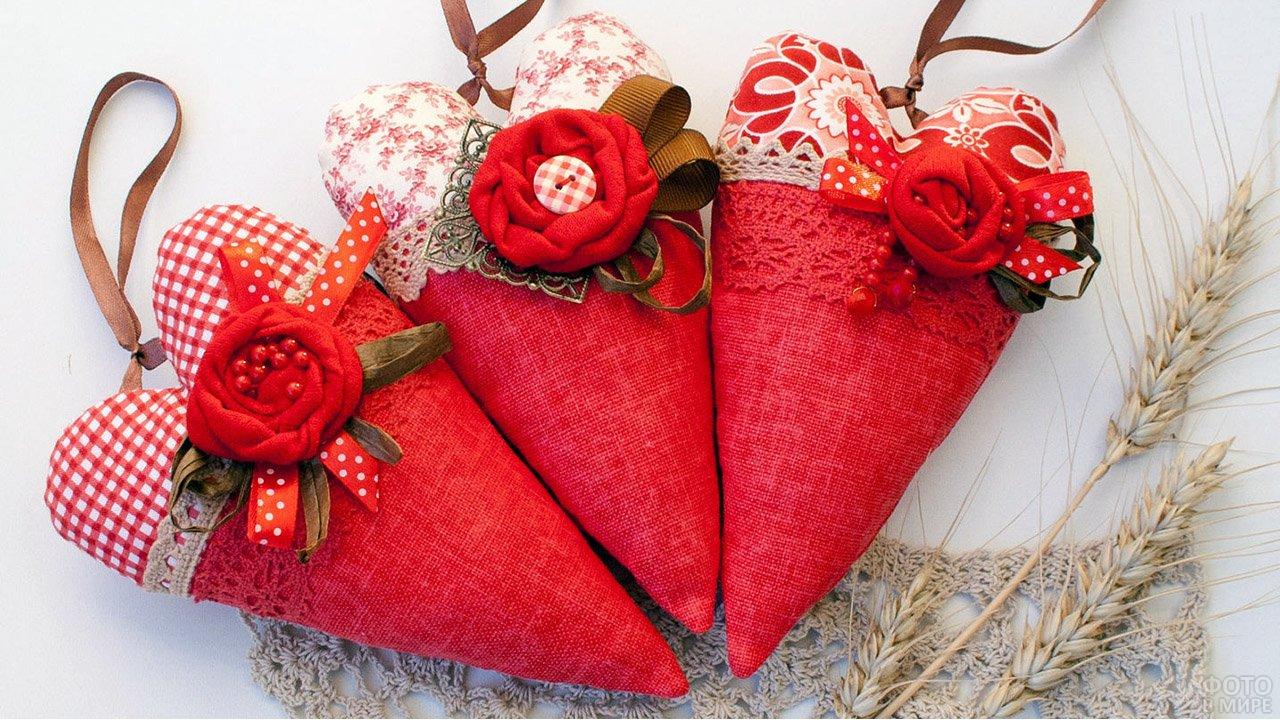 Сердечки-валентинки с цветами из ткани и кружева