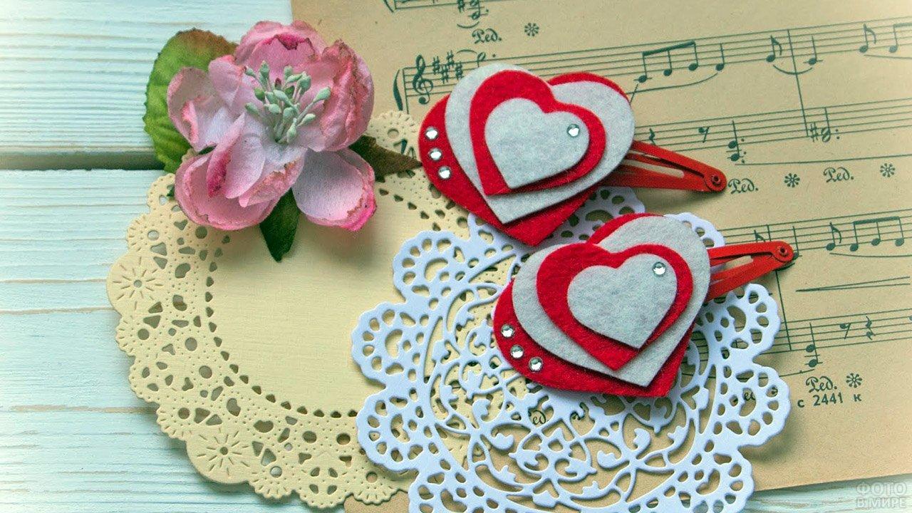 Валентинка с фетровыми сердечками и старыми нотами