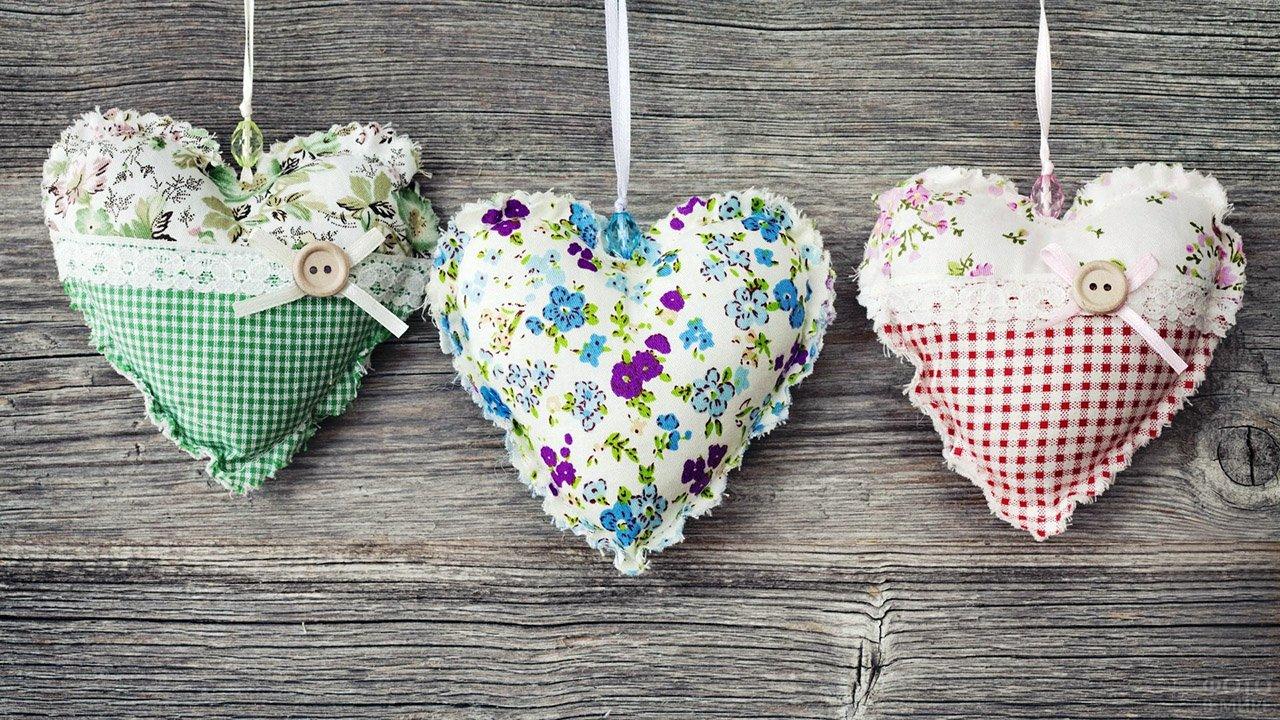 Валентинки-сердечки из ткани в стиле шебби-шик
