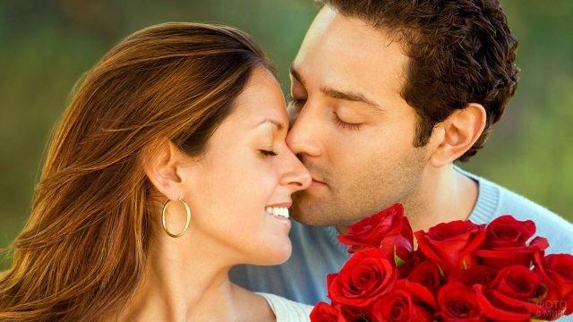 Портрет влюблённой пары с букетом красных роз
