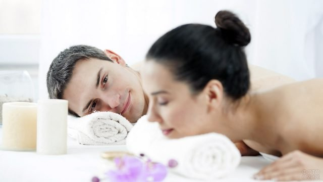 Влюблённая пара расслабляется в спа-салоне