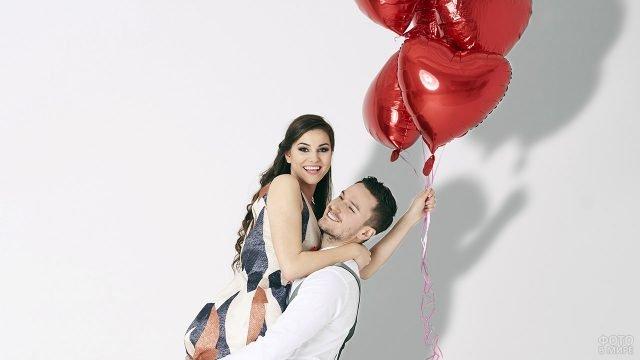 Влюблённые в День Святого Валентина с букетом шариков-сердечек