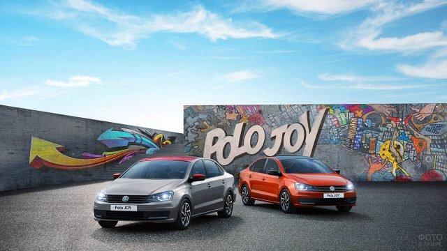 Два Фольксвагена Поло Джой в рекламной фотосессии на фоне стены с граффити
