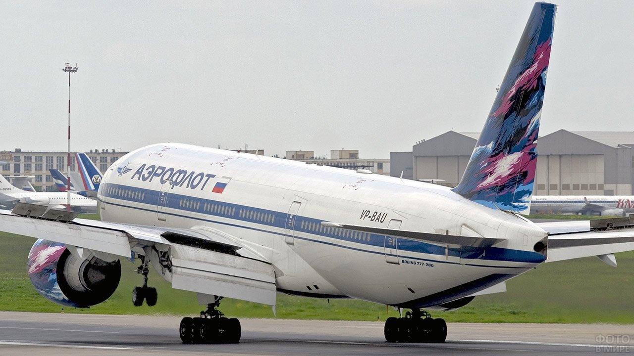 Боинг в расцветке Аэрофлота на взлётно-посадочной полосе