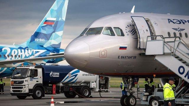 Пассажирский авиалайнер Аэрофлота на заправке в аэропорту