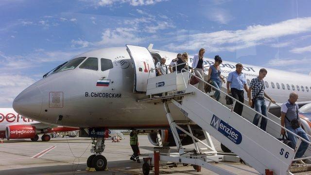 Пассажиры Аэрофлота спускаются по трапу в Бухаресте