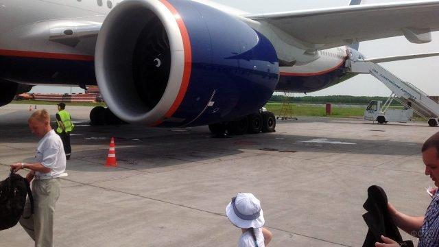Пассажиры на фоне турбины Боинга