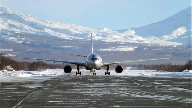 Самолёт Аэрофлота на взлётной полосе в зимнем аэропорту Петропавловска-Камчатского