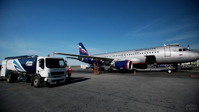 Самолёт Аэрофлота на заправке в аэропорту