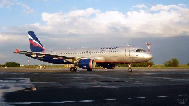 Самолёт Аэрофлота в аэропорту в лучах вечернего солнца