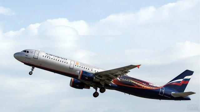 Самолёт Аэрофлота в расцветке официального партнёра Манчестер Юнайтед в небе