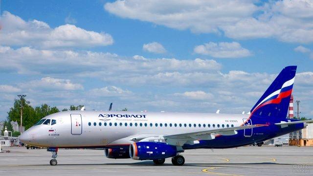 Сухой суперджет 100 компании Аэрофлот на взлётно-посадочной полосе
