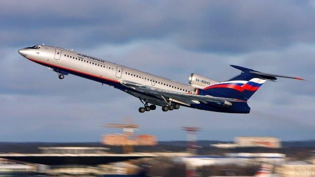 Взлёт пассажирского авиалайнера Аэрофлота над аэропортом