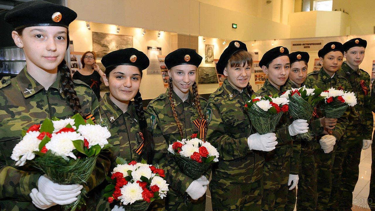 Кадеты с цветами на встрече с ветеранами в музее в День защитника отечества