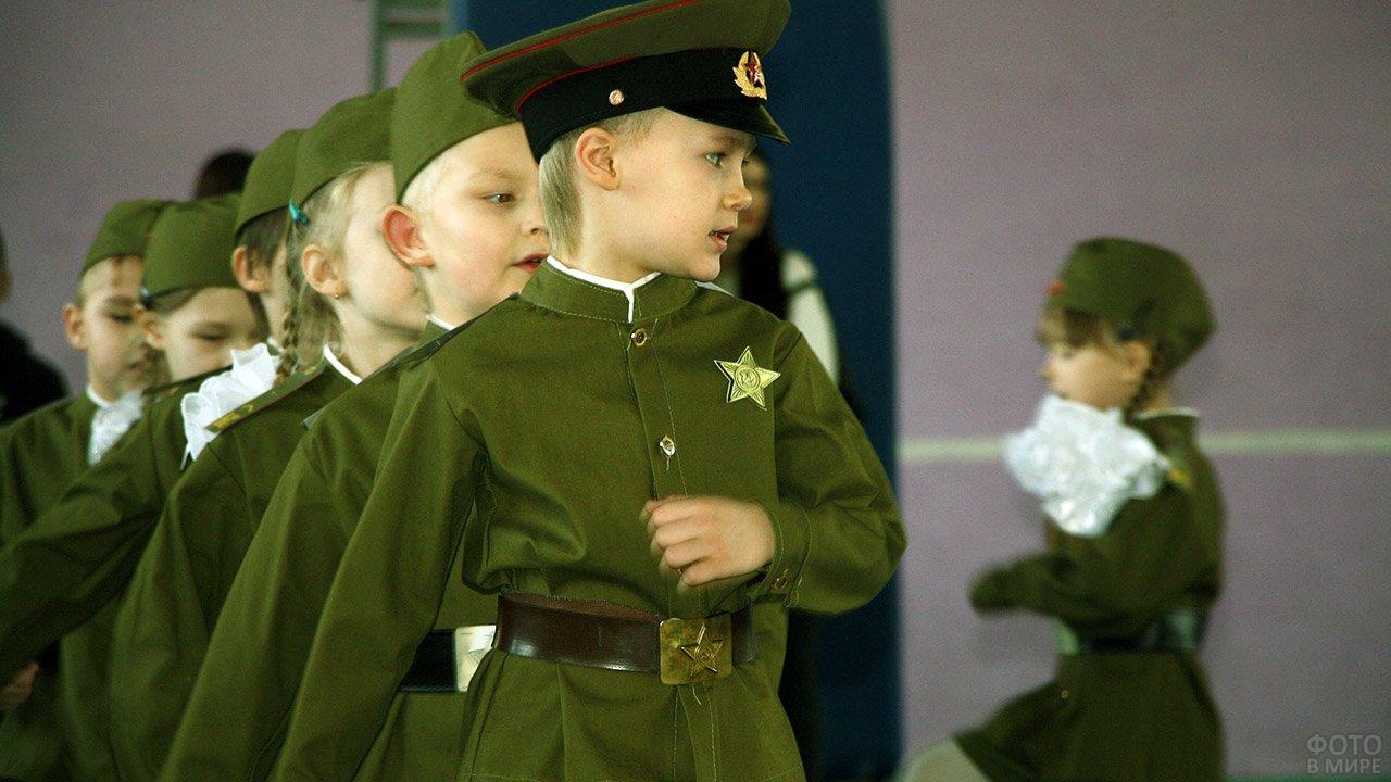 Малыши в советской военной форме на концерте в честь Дня защитника отечества