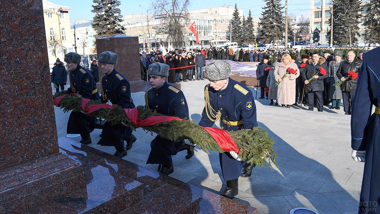 Торжественное возложение венка к стеле Героев в честь 23 февраля