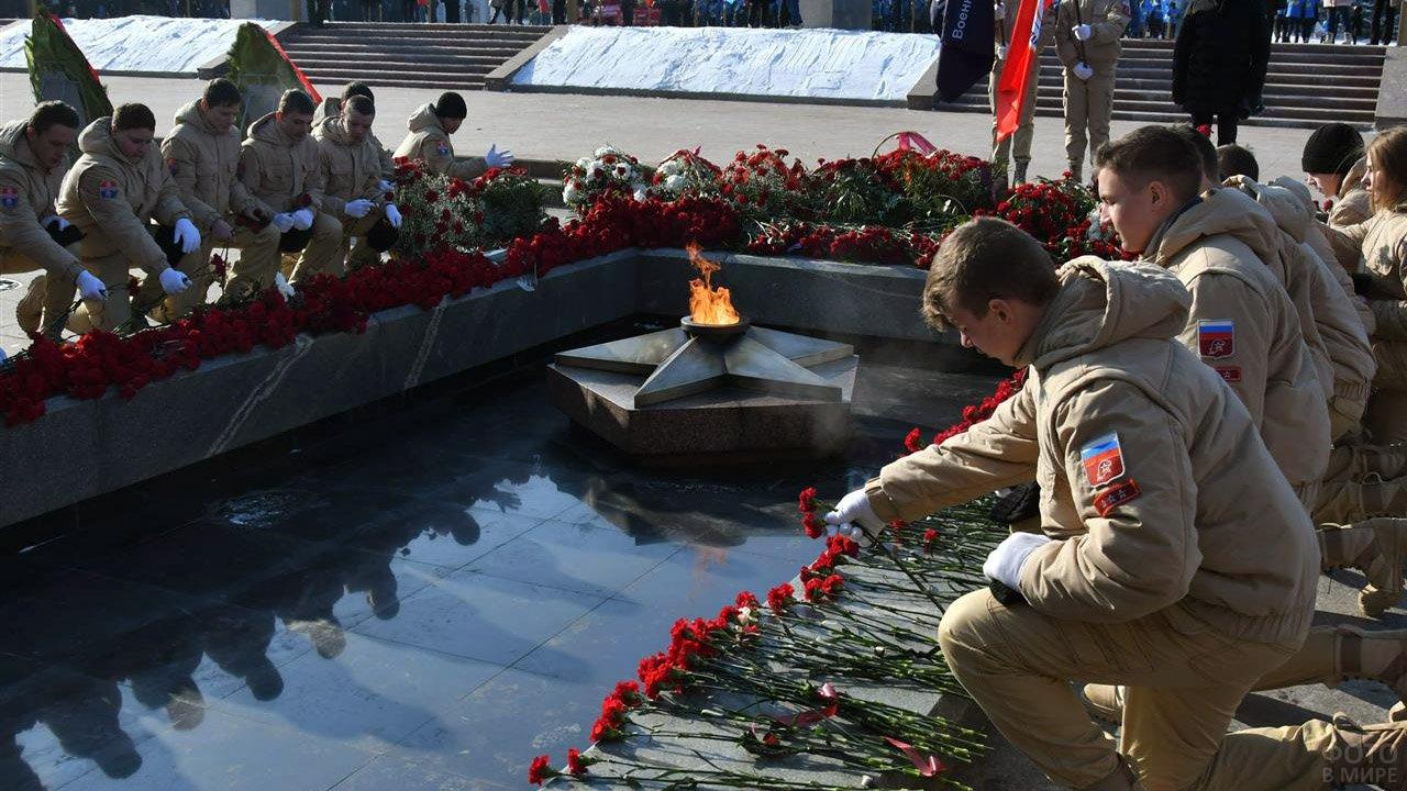 Возложение цветов к Вечному огню в Самаре 23 февраля