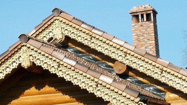 Амурская резьба по карнизу на фронтоне бревенчатого дома