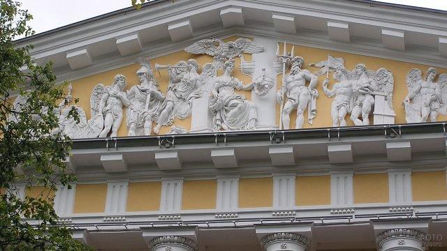 Античный фронтон современного городского здания