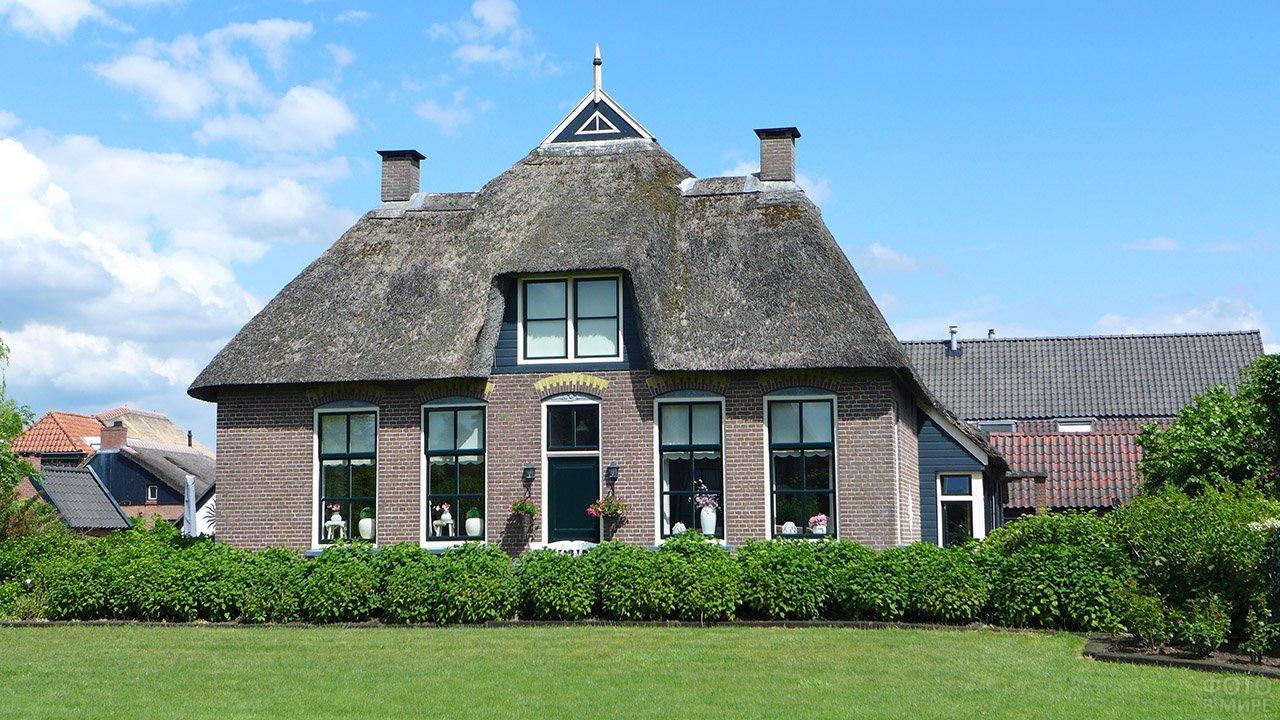 Аутентичный фронтон здания в голландском стиле
