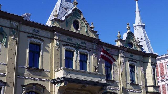 Фисташковый фронтон в стиле модерн каменного здания посольства