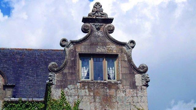 Фронтон над флигелем украшенный причудливыми завитками в голландском стиле