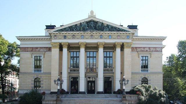 Храмовый фронтон с горельефом в античном стиле на здании в Хельсинки