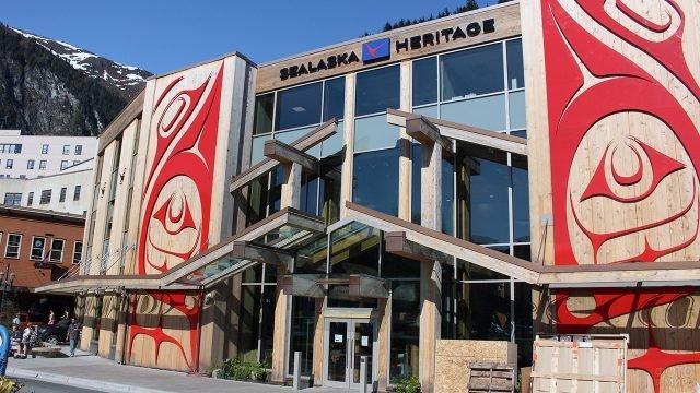 Конструктивистский фронтон на фасаде здания с красным орнаментом