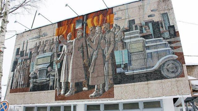 Мозаика на фронтоне здания социалистической постройки