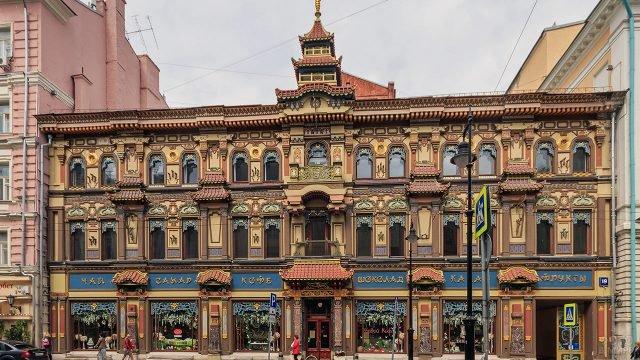 Ориентальный фронтон чайного дома на Мясницкой улице в Москве